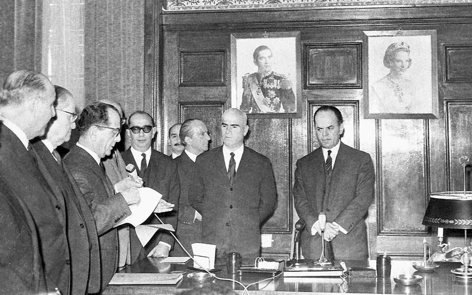 Μετά τη Δικτατορία οι πρώτες πράξεις της Κυβέρνησης Εθνικής Ενότητας ήταν η κατάργηση των δικτατορικών Συνταγμάτων του 1968 και του 1973 και η επαναφορά σε ισχύ του Συντάγματος του 1952.