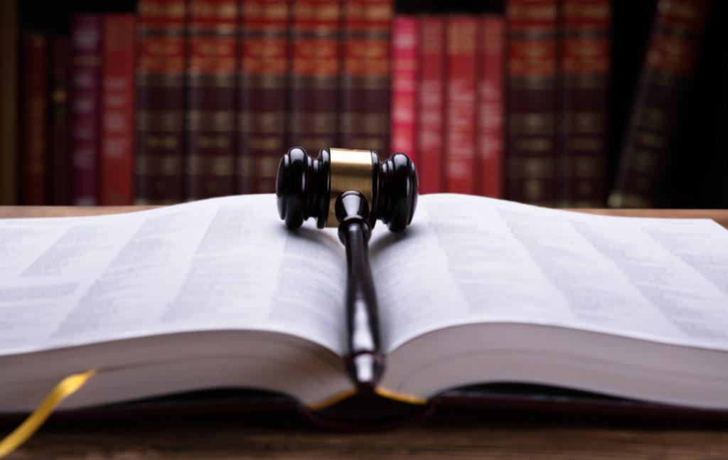 Η σημασία της διάκρισης μεταξύ Συντάγματος και νόμου αναδεικνύεται στο διαχωρισμό μεταξύ αυστηρού και ήπιου Συντάγματος καθώς και στη διαφοροποίηση μεταξύ τυπικού και ουσιαστικού Συντάγματος.