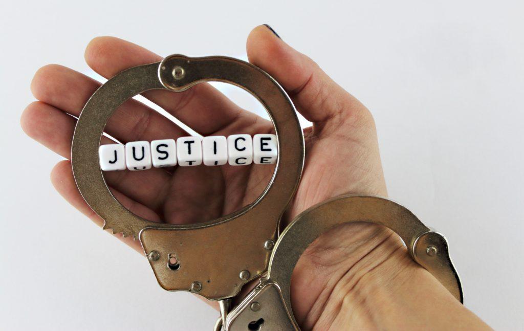 Το τεκμήριο αθωότητας δεν σημαίνει περιορισμό της συνταγματικά κατοχυρωμένης ελευθερίας έκφρασης και ενημέρωσης, ούτε απαγορεύει τη δημόσια συζήτηση γύρω από μια δίκη.