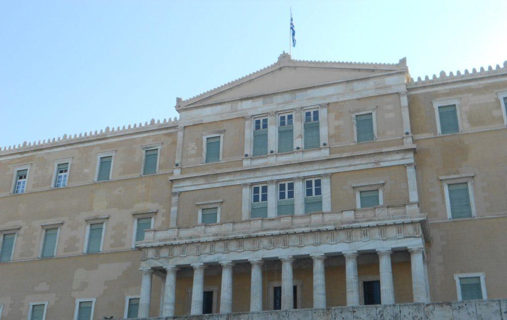 Το χαρακτηριστικό γνώρισμα του κοινοβουλευτισμού είναι η αρχή ότι η κυβέρνηση οφείλει να απολαμβάνει την εμπιστοσύνη της Βουλής.