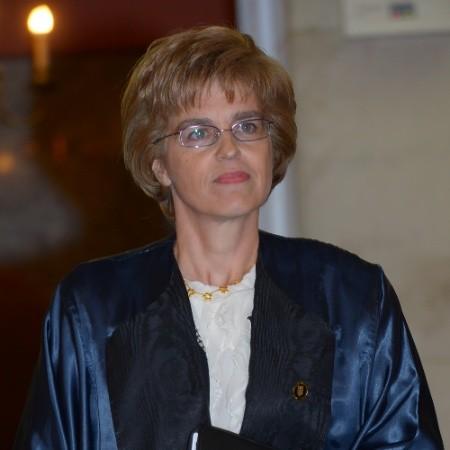 Η Σταυρούλα Κτιστάκη είναι Καθηγήτρια στο Τμήμα Δημόσιας Διοίκησης του Παντείου Πανεπιστημίου και Πάρεδρος του Συμβουλίου της Επικρατείας.