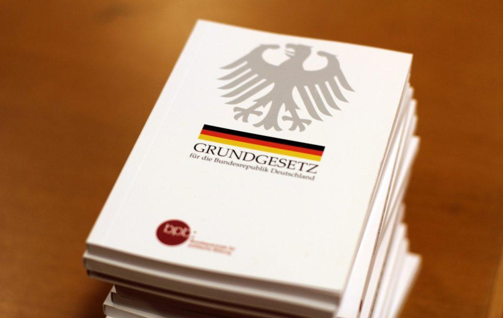 Μεγαλύτερο αντίβαρο στην παντοδυναμία των εκλεγμένων του λαού είναι το Γερμανικό Ομοσπονδιακό Συνταγματικό Δικαστήριο (Bundesverfassungsgericht).