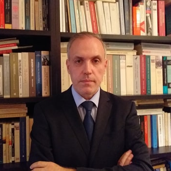 Γιώργος Δίελλας: Διδάκτωρ Διοικητικής Επιστήμης του Παντείου Πανεπιστημίου, ειδικός επιστήμονας ΑΣΕΠ, διδάσκων στο Ελληνικό Ανοικτό Πανεπιστήμιο, στο Πανεπιστήμιο Δυτικής Αττικής και στην Εθνική Σχολή Δημόσιας Διοίκησης.