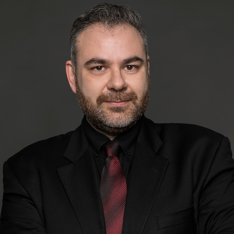 Σωτηρόπουλος Βασίλης: Είναι μάχιμος δικηγόρος και ασχολείται με ζητήματα προστασίας προσωπικών δεδομένων, διαφάνειας, πνευματικής ιδιοκτησίας και ανθρώπινων δικαιωμάτων.