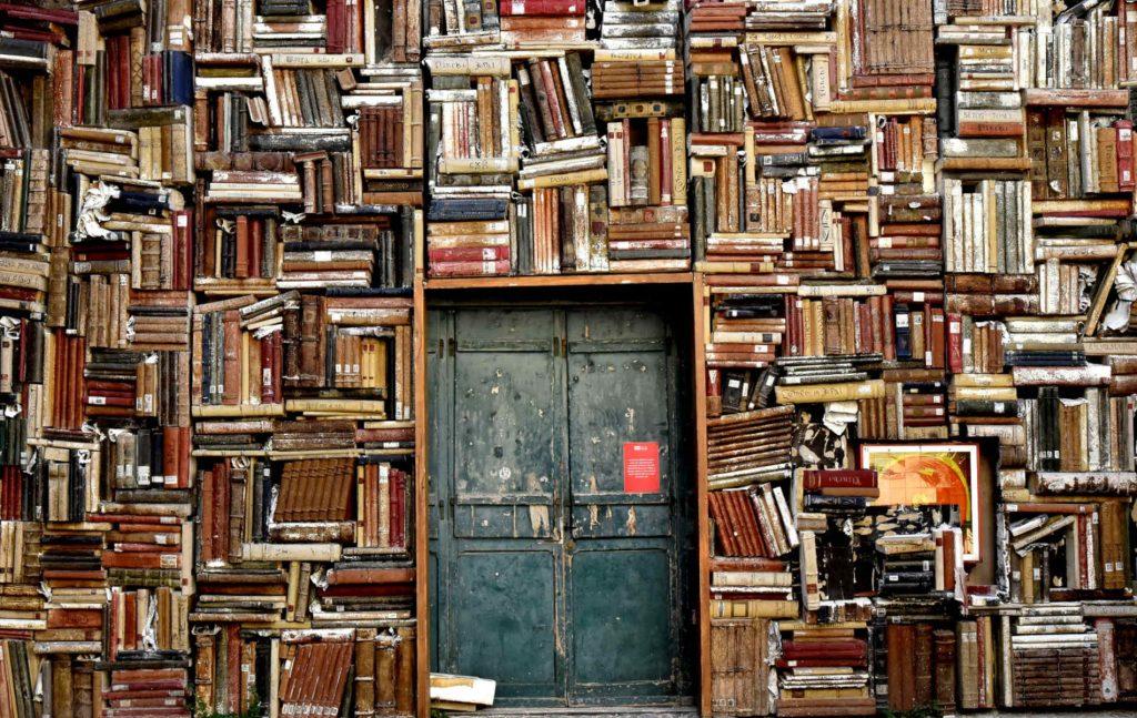 Το άρθρο 16 του Συντάγματος στην παράγραφο 5 ορίζεται ότι: «Η ανώτατη εκπαίδευση παρέχεται αποκλειστικά από ιδρύματα που αποτελούν νομικά πρόσωπα δημοσίου δικαίου με πλήρη αυτοδιοίκηση».
