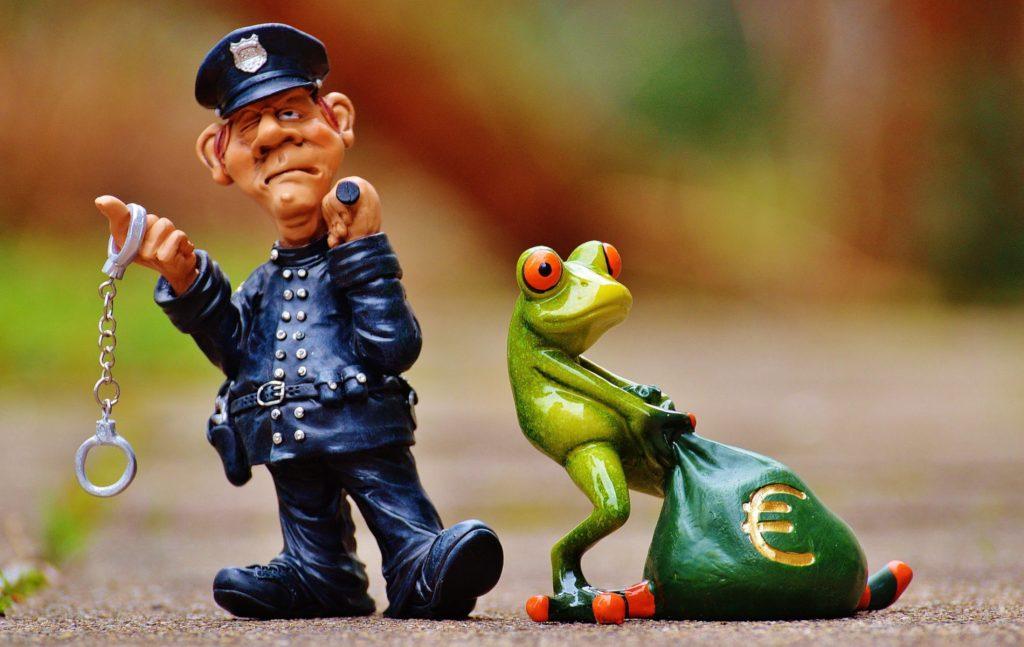 Ως προς το ζήτημα της χρηματικής επιβράβευσης του ένστολου προσωπικού της Ελληνικής Αστυνομίας από τη μελέτη της κατηγοριοποίησης του προβλεπόμενου στην απόφαση Αναλυτικού Λογαριασμού Εξόδων (ΑΛΕ), προκύπτει ότι Ειδικός Φορέας είναι η Γενική Γραμματεία Δημόσιας Τάξης και τα ποσά αντιστοιχούν στην κατηγορία «Πιστώσεις υπό κατανομή».