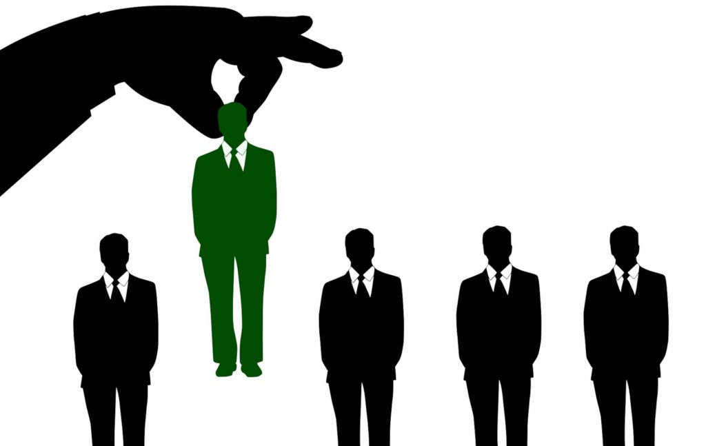 Εφόσον η απαγόρευση πρόσβασης σε συγκεκριμένους χώρους που τέθηκε από τον εργοδότη κωλύει την άσκηση των καθηκόντων του υπαλλήλου μπορεί να τεθεί ζήτημα προσβολής του ως άνω δικαιώματος.