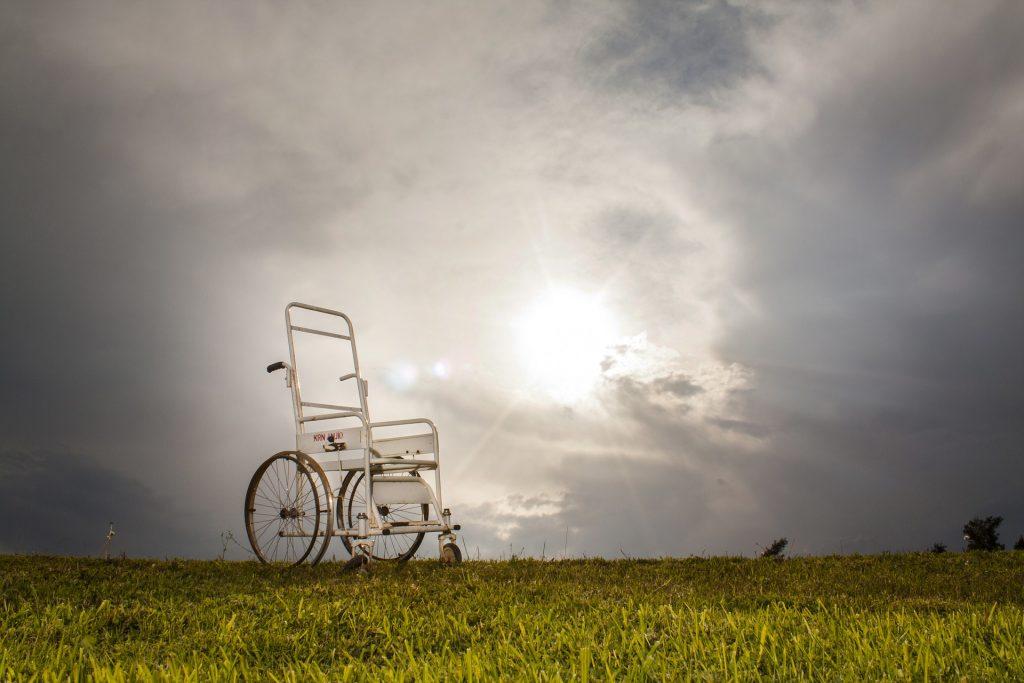 Το διεθνές και εσωτερικό πρωτογενές και παράγωγο δίκαιο προκρίνει και υποχρεώνει την εφαρμογή δράσεων και προγραμμάτων τα οποία σχετίζονται με την ενημέρωση και εκπαίδευση σε θέματα αναπηρίας, που οδηγούν στην ευαισθητοποίηση της κοινωνίας.