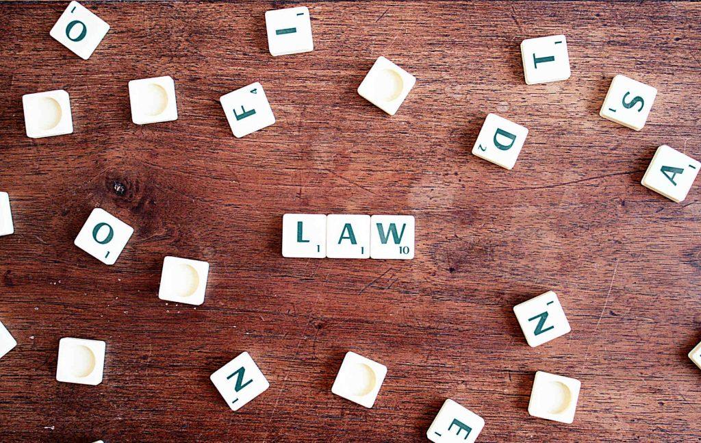 """Το φαινόμενο αυτό """"συμπλοκής"""" κανόνων συνταγματικού και διοικητικού δικαίου δεν είναι διόλου σπάνιο, αφού οι δύο αυτοί κλάδοι του δικαίου είναι άρρηκτα συνδεδεμένοι."""