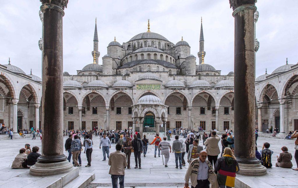 Στο πλαίσιο αυτής της διαπολιτισμικής χρήσης του ιστορικού αυτού Μνημείου ενετάχθη η Αγία Σοφία στον κατάλογο των Μνημείων Παγκόσμιας Πολιτιστικής Κληρονομιάς της UNESCO. Με την Συνθήκη της UNESCO για την προστασία των μνημείων και περιοχών παγκόσμιας κληρονομιάς του 1981, ορίζεται ρητά πως για κάθε φυσική παρέμβαση και λειτουργικές αλλαγές στα καταγεγραμμένα κτίρια και τοποθεσίες θα πρέπει να υπάρχει η σχετική αδειοδότηση του Εκτελεστικού Συμβουλίου του Οργανισμού.