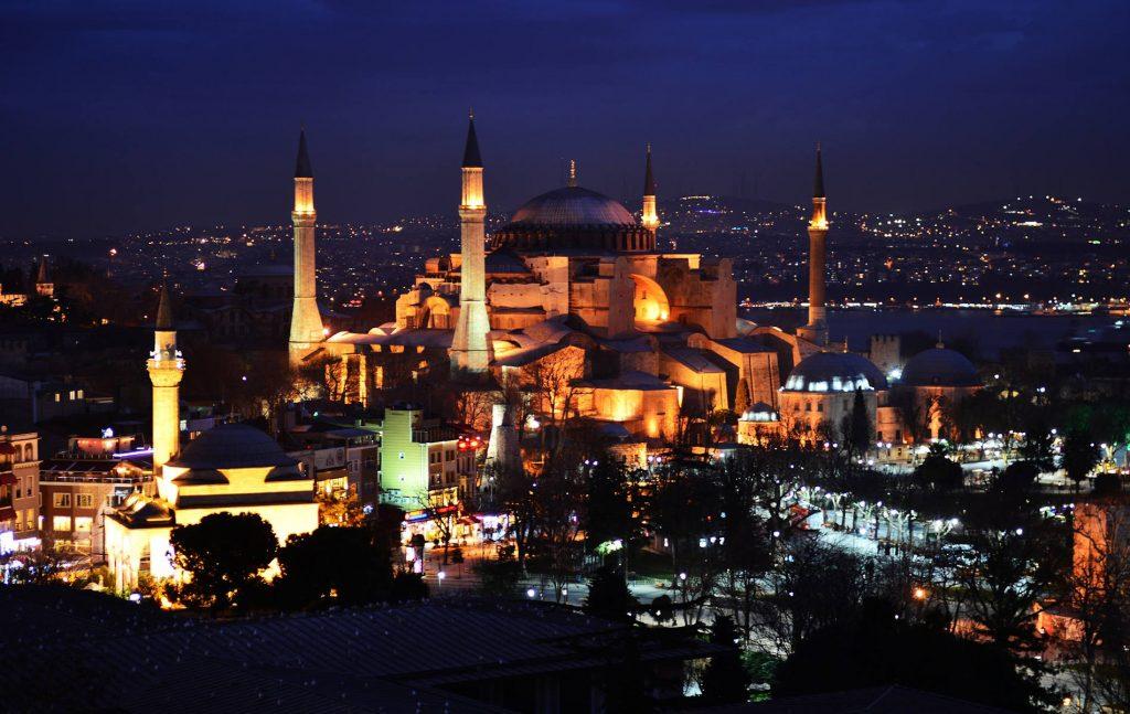 Είναι παρήγορο το γεγονός ότι η UNESCO αντέδρασε εγκαίρως στην εκ μέρους της Τουρκίας εντελώς αυθαίρετη μετατροπή της Αγίας Σοφίας σε «τέμενος-τζαμί», επισημαίνοντας ότι, πέραν των άλλων, η μετατροπή αυτή συνιστά ωμή παραβίαση ιδίως των διατάξεων των άρθρων 8 επ. της Σύμβασης για την Προστασία της Παγκόσμιας Πολιτιστικής και Φυσικής Κληρονομιάς.
