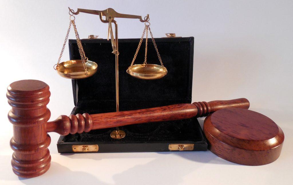 Κάθε δικαιικός κανόνας είναι ένας δεοντολογικός κανόνας στη βάση μιας υπόθεσης, δηλαδή ενός υποθετικού λόγου.