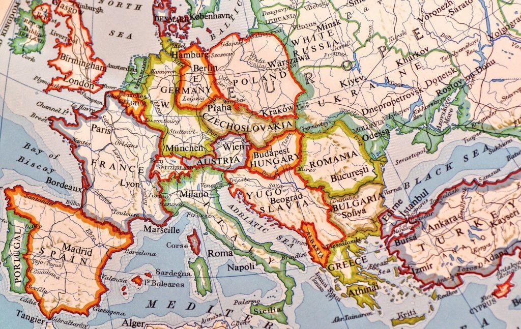 Τουλάχιστον τέσσερις χώρες μέλη του Συμβουλίου της Ευρώπης, η Ρωσία, η Τουρκία, η Ουγγαρία και η Πολωνία, εκ των οποίων οι δύο τελευταίες αποτελούν και μέλη της Ευρωπαϊκής Ένωσης, έχουν πλέον ολοκληρώσει ένα πρόγραμμα συνταγματικών και θεσμικών μεταρρυθμίσεων, που κατοχυρώνουν ένα Κράτος το οποίο κατά τον Ορμπάν είναι δημοκρατικό αλλά όχι φιλελεύθερο.