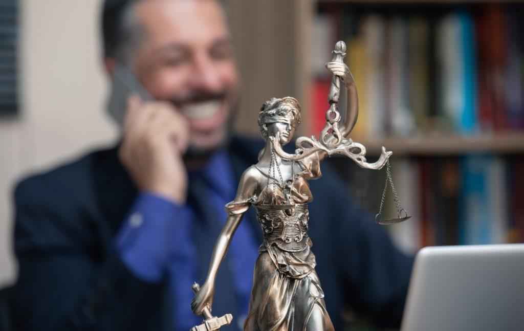 """Οι δικηγόροι τοποθετούνται από τη νομολογία του ΕΔΔΑ στην κατηγορία των """"ασκούντων ανεξάρτητο νομικό επάγγελμα"""", δεν είναι δηλαδή ούτε δημόσιοι ούτε λειτουργοί."""