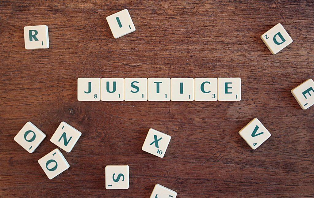 Στην υπόθεση της Χρυσής Αυγής η Δικαιοσύνη υπερασπίστηκε τη δημοκρατία, αποδεικνύοντας ότι δεν χρειαζόταν να προβλέπεται στο Σύνταγμα η δυνατότητα απαγόρευσης πολιτικού κόμματος για να αντιμετωπιστεί η νεοναζιστική βία της Χρυσής Αυγής, ως στοιχείο εγγενές της ιδεολογίας και της πολιτικής της δράσης. Ωστόσο, αναδείχθηκαν ταυτόχρονα ορισμένα θεσμικά κενά που οφείλει να καλύψει άμεσα ο νομοθέτης ώστε να ισχυροποιηθούν οι άμυνες απέναντι στην Ακροδεξιά.