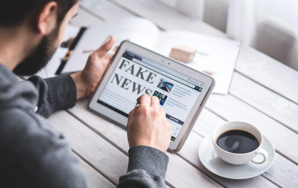 Απαιτείται σαφής διαχωρισμός μεταξύ των ψευδών ειδήσεων και της σύγκρουσης επιστημονικών απόψεων και άσκηση περισσότερης υπευθυνότητας από πλευράς των ανεξάρτητων ελεγκτών ειδήσεων.