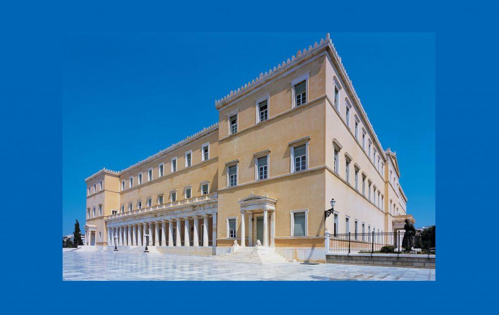 Στο 7ο Βίντεο-Μάθημα της ειδικής εκπαιδευτικής ενότητας του Παρατηρητηρίου www.syntagmawatch.gr με τίτλο «Δεκάλεπτα Μαθήματα για το Σύνταγμα» ο Γιώργος Καραβοκύρης (Επίκουρος Καθηγητής Συνταγματικού Δικαίου ΑΠΘ) εξηγεί τα χαρακτηριστικά γνωρίσματα της φιλελεύθερης κοινοβουλευτικής δημοκρατίας και τις αμφισβητήσεις που έχει δεχθεί στην πορεία του χρόνου.