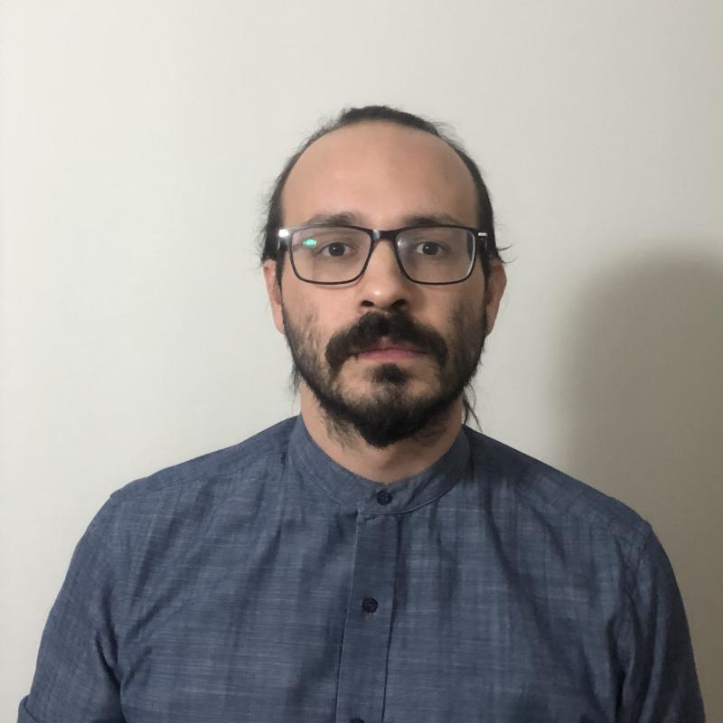 Ο Βασίλης Τσιγαρίδας είναι διδάκτορας της Νομικής Σχολής του ΑΠΘ. Για την εκπόνηση της διατριβής του, η οποία έχει τίτλο «Η αρχή iura novit curia στη διοικητική δίκη» και θα δημοσιευθεί από τις εκδόσεις Σάκκουλα (Αθήνα-Θεσσαλονίκη), έλαβε υποτροφία από την Ακαδημία Αθηνών. Άρθρα του έχουν δημοσιευθεί σε ελληνικά νομικά περιοδικά και σε συλλογικούς τόμους.